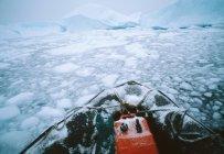 Tierkreiszeichen Schlauchboot bewegt sich durch Eisstrom — Stockfoto