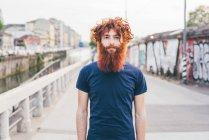 Крупним планом портрет молоді чоловіки hipster з руде волосся і Борода стоячи на мосту — стокове фото