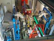Wissenschaftlerinnen und Wissenschaftler inspizieren Teilchenbeschleuniger-Ziel — Stockfoto