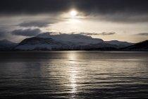 Живописный вид на закат и горный хребет, Лофотенских островах, Норвегия — стоковое фото