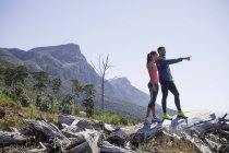 Молодые бегунов, наслаждаясь вид с холма — стоковое фото