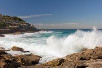 Хвилі і гуркотом біля пляжу Бронте — стокове фото