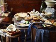 Selezione di torta inverno tra bilance da cucina e utensili — Foto stock