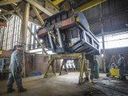 Engenheiros trabalhando em parte na fábrica de aço — Fotografia de Stock