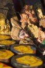 Продажа сувениров на столе, исторический парк Сукхотай, Таиланд — стоковое фото