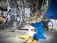 Flugzeugtechniker arbeitet im Hangar an 737-Triebwerk — Stockfoto