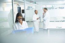 Врачи мужского и женского пола на работе в офисе — стоковое фото