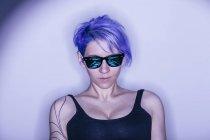 Retrato de estúdio de mulher de cabelo roxo em óculos de sol — Fotografia de Stock