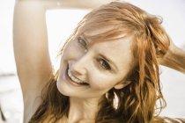 Крупним планом портрет жінка з довгі червоні волосся на пляжі, Кейптаун, Південно-Африканська Республіка — стокове фото