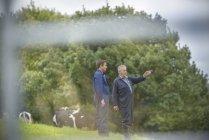 Agricultor e filho discutindo no campo — Fotografia de Stock