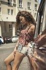 Junge Frau auf Roadtrip gelehnt Oldtimer, Cape Town, Südafrika — Stockfoto
