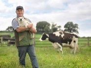 Cão da terra arrendada do fazendeiro no campo da vaca — Fotografia de Stock