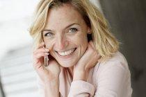 Portrait de femme d'affaires à l'aide de téléphone portable au bureau — Photo de stock