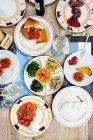 Draufsicht auf traditionelle italienische Mahlzeit mit Aufschnitt, Mozzarella und Caprese Salat — Stockfoto