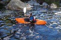 Kayak sur la rivière Grand Mid pour hommes — Photo de stock