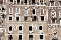Fachada de un edificio típico, de barro, en la ciudad vieja de Saná, patrimonio de la humanidad, Sanaa, Yemen. - foto de stock