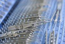 Nahaufnahme von chirurgischen Instrumenten im Reinraum von chirurgischen Instrumenten Fabrik — Stockfoto