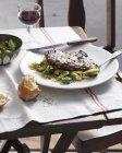 Bistecca con salsa al pepe verde, cavolini di Bruxelles e pancetta — Foto stock