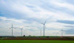 Turbinas eólicas em paisagem — Fotografia de Stock