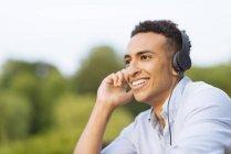 Людина в навушниках фотографіях хтось дивитися вбік — стокове фото
