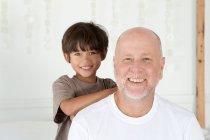 Padre e figlio sorridono insieme — Foto stock