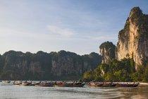 Длинный хвост лодки пришвартованы на берегу, Рейли, Краби, Таиланд — стоковое фото
