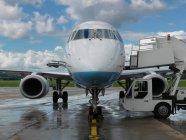 Літак сидить на злітно-посадковій смузі — стокове фото