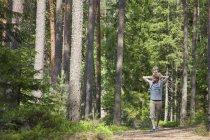 Père épaule portant tout-petit fils à travers la forêt, Somerniemi, Finlande — Photo de stock