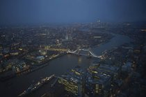 Fiume Tamigi e Tower bridge di notte — Foto stock