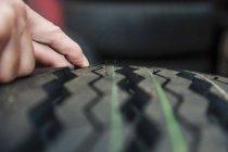 Gros plan du mans main inspectant de roulement dans le garage — Photo de stock