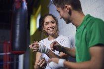 Молодые боксеры и девушки болтают, перевязывая руки — стоковое фото