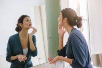 Junge Frau tut ihr Beauty-Programm — Stockfoto
