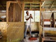 Trabajador de café masculino con granos de café - foto de stock