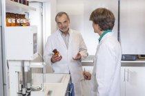 Pharmacien conseiller stagiaire en médecine en pharmacie — Photo de stock