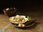 Натюрморт з Скампій та креветками випікати в seashell з змішані салат — стокове фото