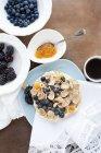 Vista superiore di muesli con mirtilli e more sulla tavola di legno in cucina — Foto stock