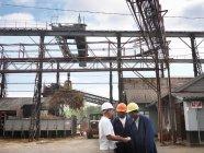 Travailleurs de canne à sucre à l'usine de transformation — Photo de stock