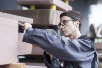Steinmetz mit Meißel und Hammer auf Steinblock — Stockfoto