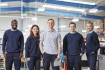 Porträtmanager und Team in der Fertigungsfabrik — Stockfoto