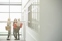 Трое друзей разговаривают за перила в университете — стоковое фото