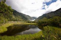 Lac encore dans le paysage rural — Photo de stock