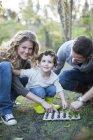 MID дорослої пари і сина посадки в яйце картону на виділення — стокове фото