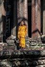 Jeune moine bouddhiste priant devant le temple d'Angkor Wat, Siem Reap, Cambodge — Photo de stock