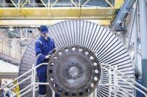 Инженерный осмотр турбины в промышленном цехе — стоковое фото