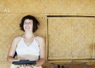 Frau mit digital-Tablette vor Strandhütte, Kradan, Thailand — Stockfoto