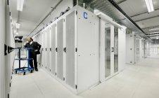 Бізнесмен з використанням комп'ютера з серверами — стокове фото