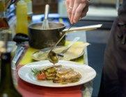 Chef préparation porchetta plat dans la cuisine du restaurant — Photo de stock