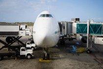 Observant la vue avant l'avion sur la piste — Photo de stock