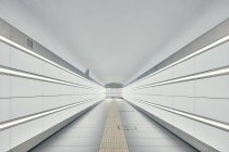 Уменьшающаяся перспектива туннеля Болоньи, Болонья, Италия — стоковое фото