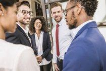 Empresários e empresárias que discutem fora do escritório — Fotografia de Stock